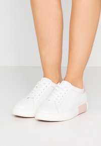 kate spade new york - CUPSOLE LACE UP - Sneakers laag - optic white/tutu pink - 0