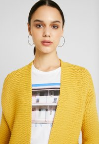 Vero Moda - VMNO NAME NO EDGE  - Kofta - amber gold - 3