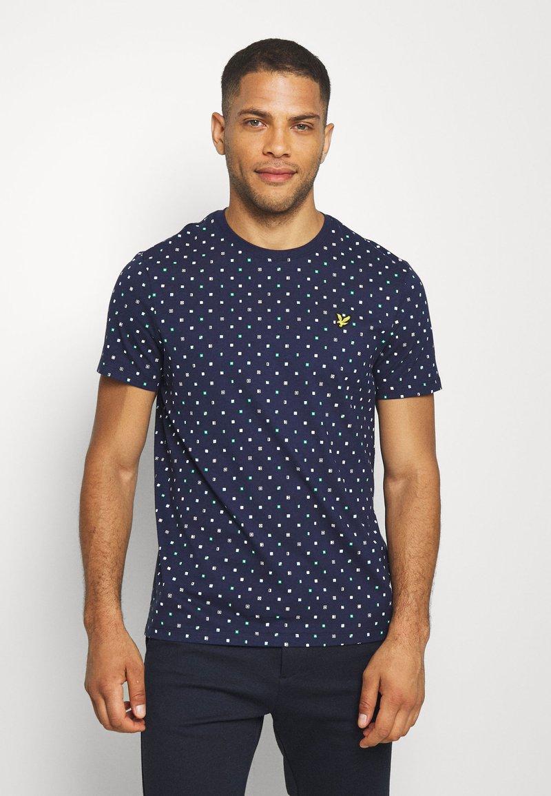 Lyle & Scott - FLAG - Print T-shirt - navy