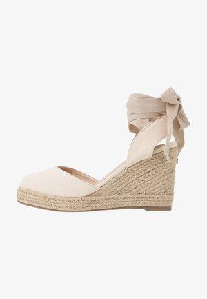 ANKLE WRAP WEDGE  - Sandaler med høye hæler - cream