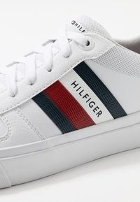 Tommy Hilfiger - CORE CORPORATE MODERN - Sneakers basse - white - 5