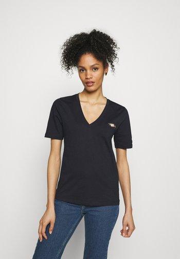 REGULAR FLAG TEE - Print T-shirt - desert sky