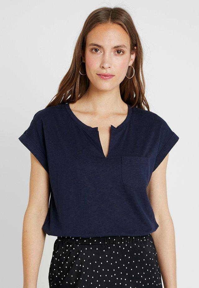 KEDITA - T-shirt med print - navy