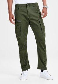 Jack & Jones - DRAKE CHOP AKM  - Cargo trousers - forest night - 0