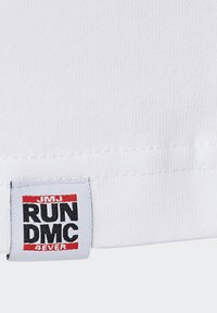 adidas Originals - RUN DMC TEE - T-shirt z nadrukiem - white /black /scarlet red