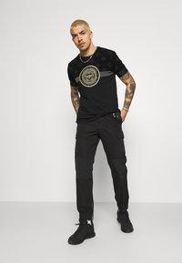 Glorious Gangsta - ARMAZ TEE - Print T-shirt - jet black - 1