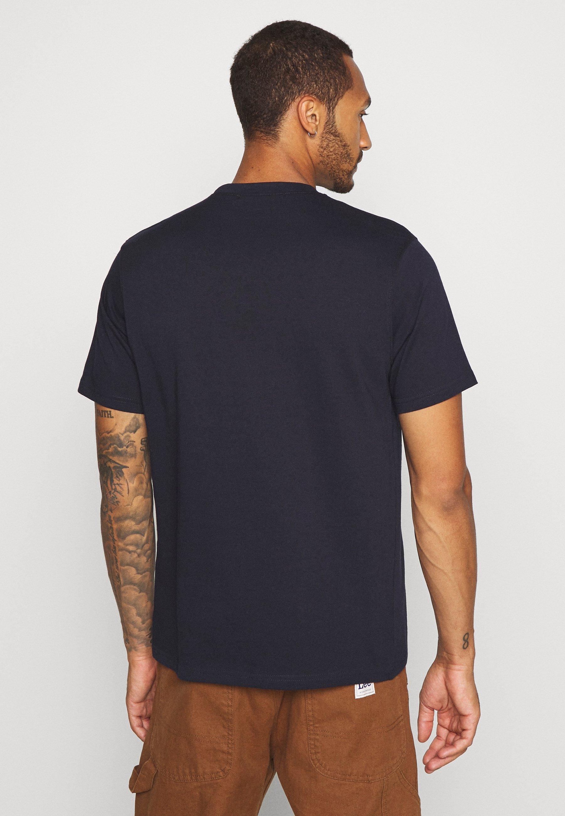 Mennace OVERLAP POCKET PRINT - Basic T-shirt - navy yhfj7