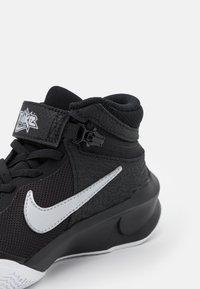 Nike Performance - TEAM HUSTLE D 10 FLYEASE UNISEX - Koripallokengät - black/metallic silver/volt/white - 5