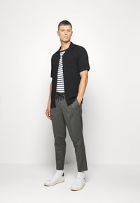 Selected Homme - JAX GREY CROP PANTS - Trousers - grey - 1