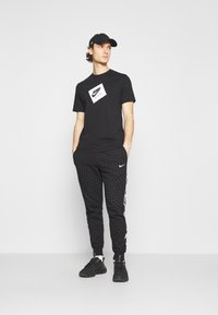 Jordan - JUMPMAN BOX CREW - T-shirt med print - black/white - 1