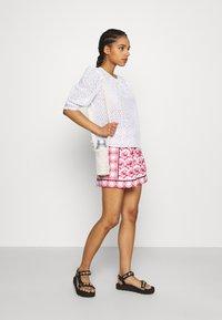 maje - IOLI - Shorts - rouge - 1