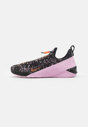 REACT METCON - Sports shoes - black/metallic copper/light arctic pink/hyper crimson