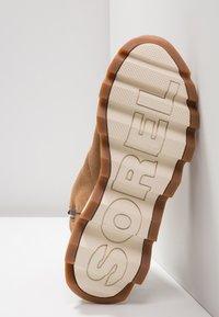 Sorel - KINETIC SHORT - Winter boots - camel brown/natural - 6