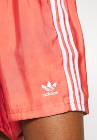 adidas Originals - Kraťasy - trace scarlet - 5