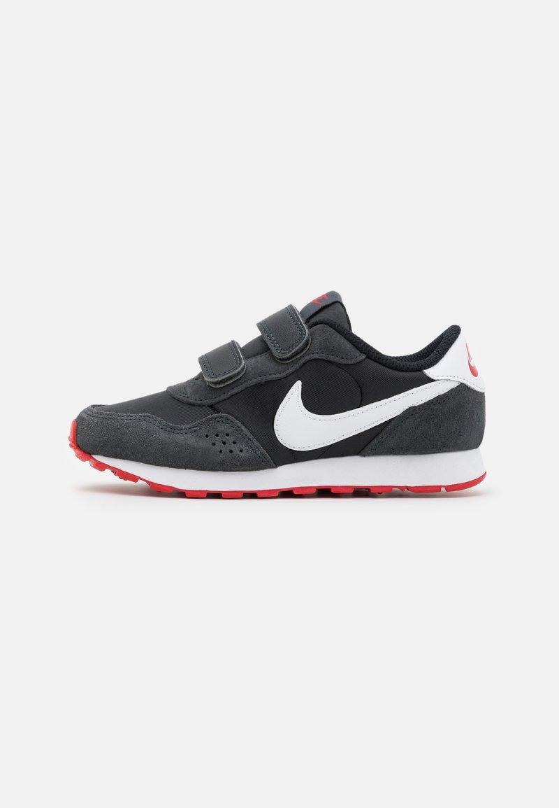 Nike Sportswear - MD VALIANT UNSEX - Trainers - black/dark smoke grey/university red/white