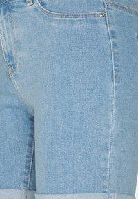 ONLY Petite - ONLSUNANNEK MIDLONGSHORTS 2 PACK - Shorts di jeans - light blue denim - 4