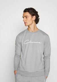 CLOSURE London - DOUBLE SCRIPT CREWNECK SHORT SET - Sweatshirt - grey - 3