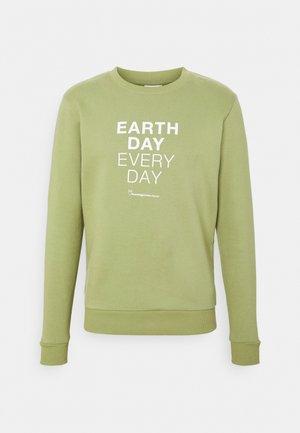 EARTHDAY EVERYDAY TEXT CREW NECK - Sweater - sage
