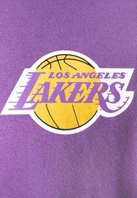 Mitchell & Ness - NBA LOS ANGELES LAKERS WARM UP PASTEL CREW - Squadra - purple - 6