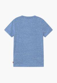 Levi's® - GRAPHIC TEE - T-shirts print - mottled light blue - 1