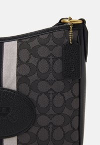 Coach - NAW SIGNATURE WITH BRANDING CHAISE CROSSBODY - Across body bag - graphite black - 3