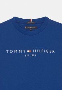 Tommy Hilfiger - ESSENTIAL LOGO UNISEX - Printtipaita - regal navy - 2