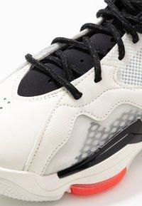 Jordan - ZOOM '92 - Sneakers alte - white/flash crimson/black/sail/electric green/hyper violet - 7