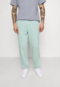 adidas Originals - PREMIUM UNISEX - Pantalon de survêtement - hazy green - 0