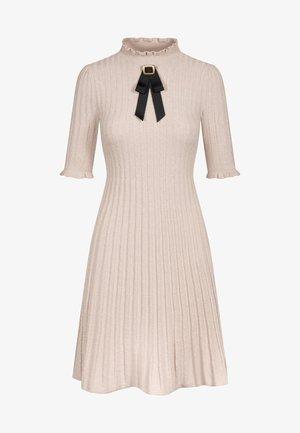 MIT BROSCHE - Jumper dress - sandstein
