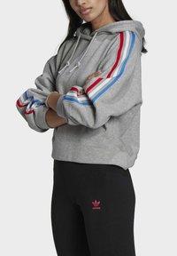 adidas Originals - ADICOLOR ORIGINALS LOOSE SWEATSHIRT HOODIE - Luvtröja - grey - 3