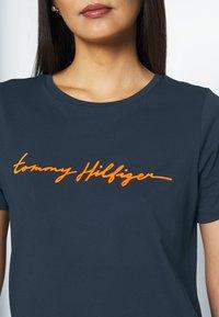 Tommy Hilfiger - ALISSA REGULAR - T-shirts med print - desert sky - 5