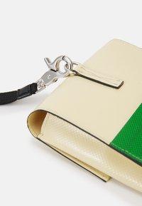Marni - PHONE CASE - Taška spříčným popruhem - soft beige/garden green - 4