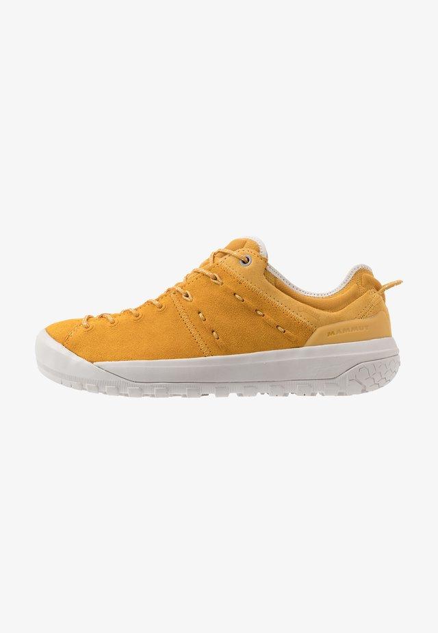 HUECO LOW GTX WOMEN - Lezecká obuv - golden/light golden