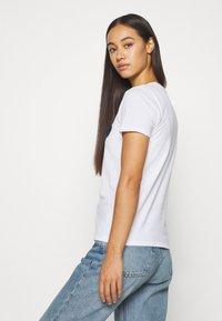 Hollister Co. - TECH CORE - T-shirt z nadrukiem - white circle - 2