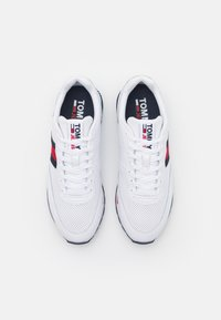Tommy Jeans - RETRO RUNNER - Trainers - white - 3