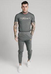 SIKSILK - SIGNATURE TEE - T-shirt con stampa - grey - 0