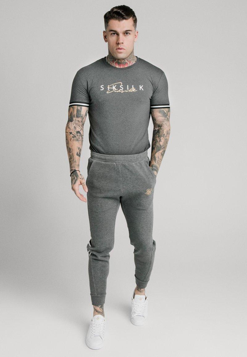 SIKSILK - SIGNATURE TEE - T-shirt con stampa - grey