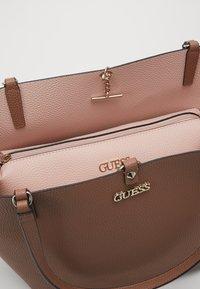 Guess - Shoppingveske - taupe/blush - 6