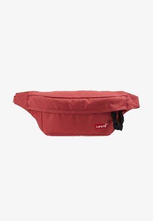 STANDARD BANANA SLING BATWING - Bæltetasker - dull red