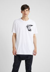 Vivienne Westwood Anglomania - NEW BOXY ARM CUTLASS - T-shirts med print - white - 0