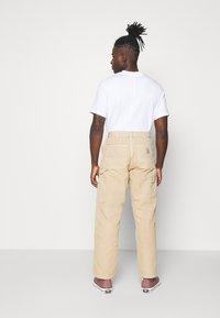 Carhartt WIP - DEARBORN SINGLE KNEE PANT - Pantalones - dusty brown - 2