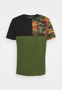 CAMO PIECED TEE UNISEX - Print T-shirt - olive