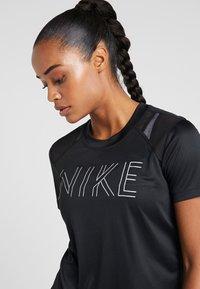 Nike Performance - DRY MILER - T-shirt z nadrukiem - black/black/metallic silver - 3