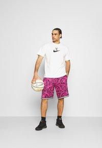 Nike Performance - DRY DNA SHORT PRINTED - Sports shorts - black/fireberry/white - 1