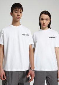Napapijri - S JURASSIC - Print T-shirt - bright white - 2