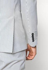 Selected Homme - SLHSLIM YONG WHITE STRIPE SUIT - Oblek - white/blue - 7