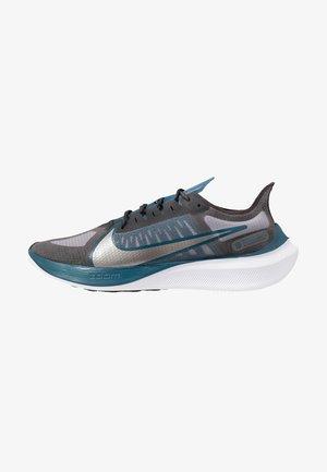 NIKE ZOOM GRAVITY - Neutral running shoes - off noir/metallic pewter/atmosphere grey/black/white/blue force