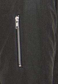 Brixtol Textiles - D.W BOMBER - Krátký kabát - grey - 2