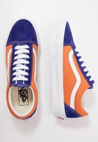 Vans - OLD SKOOL UNISEX - Sneakers - royal blue/apricot buff - 1