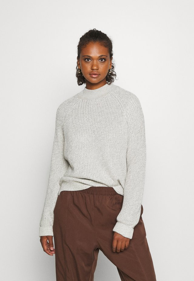 NMSIESTA HIGH NECK CROPPED - Svetr - oatmeal